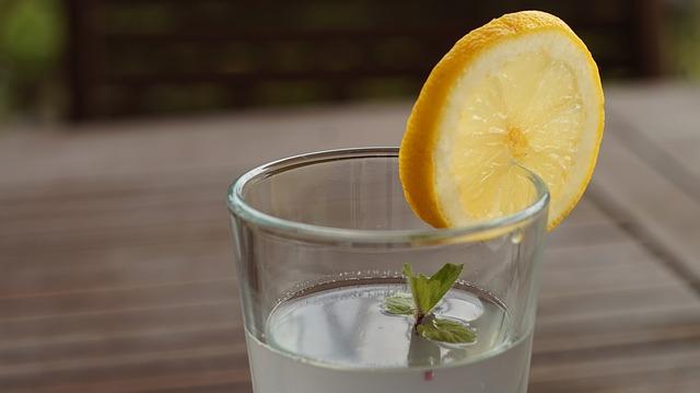 nápoj s citronem