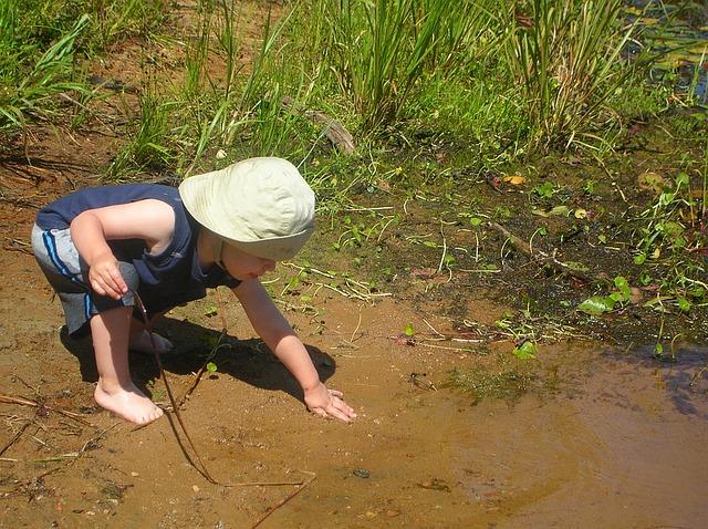 dítě u břehu