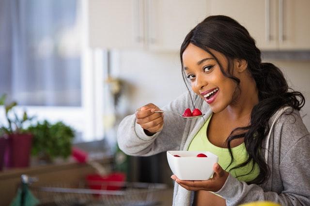 žena pojídající jahody