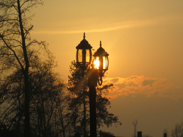 pouliční lampa při západu slunce