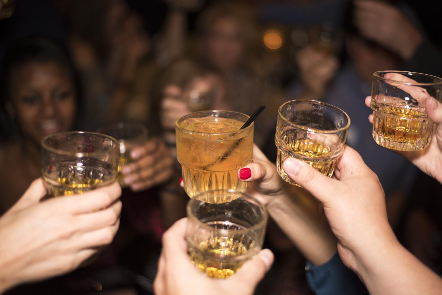 skleničky s drinkem